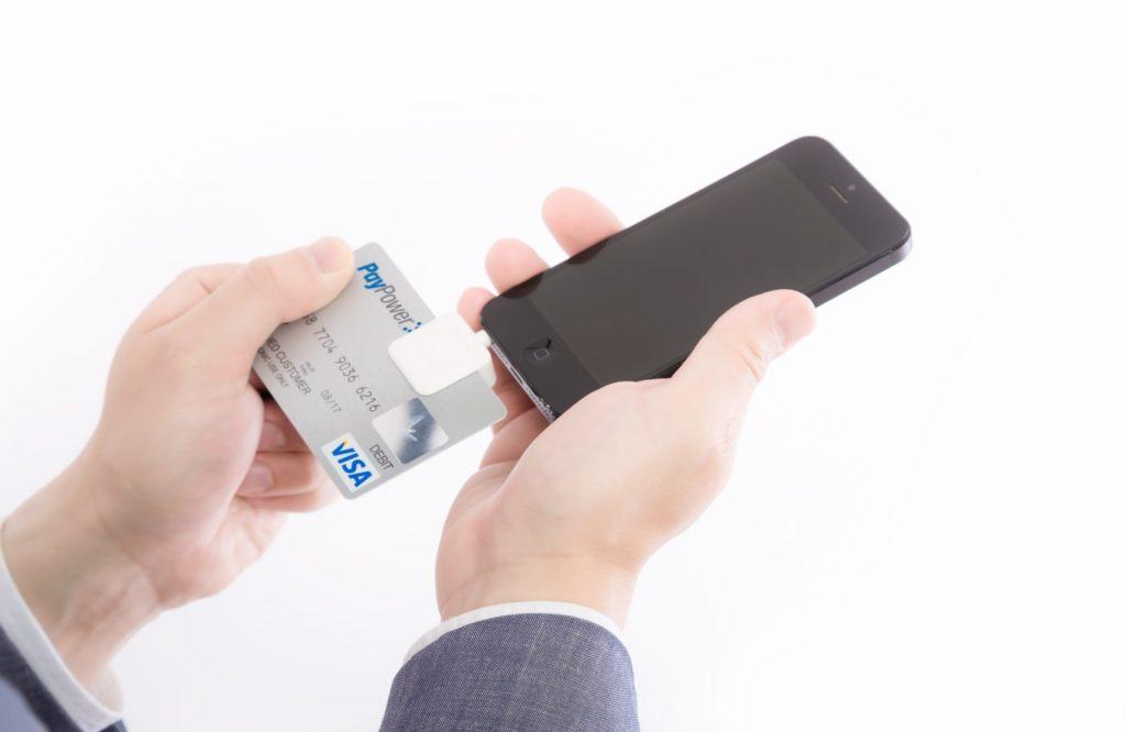 クレジット会社や金融機関は個人を信用してお金を貸してくれます